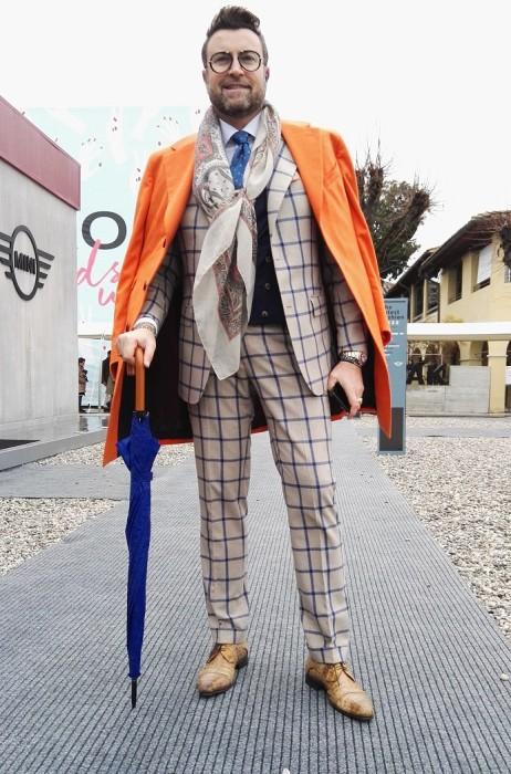 オレンジチェスターコート肩掛け×ベージュウィンドペンスーツ×キャメルストレートチップ