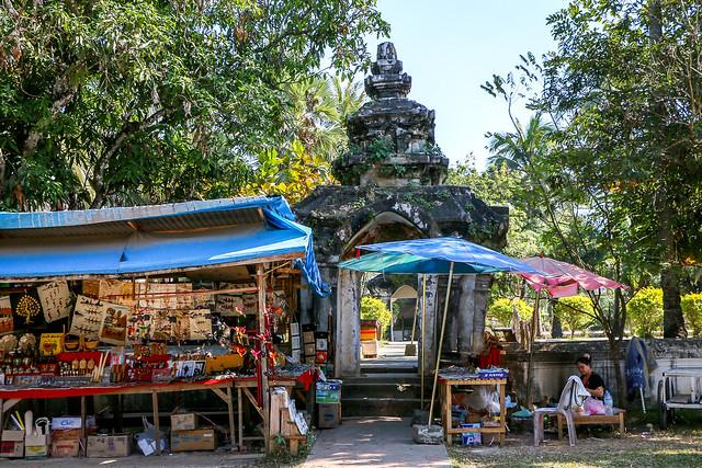 Little market in Wat Visounarath, Luang Prabang, Laos ルアンパバーン、ワット・ビスンナラートの土産コーナー