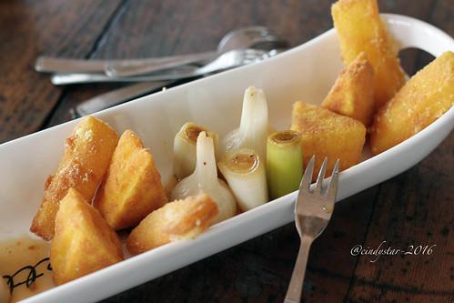 formaggi fritti alla curcuma verdure glassate al miele di carota selvatica