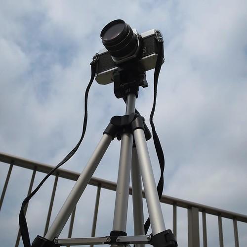 学生の頃使ってた、PENTAXの一眼レフ。フリマで買ったんだけど、僕の前の持ち主は、アメリカの警察で、鑑識をしてた人らしい。ってことは、このカメラはもしかして犯罪現場で使われてたかも?