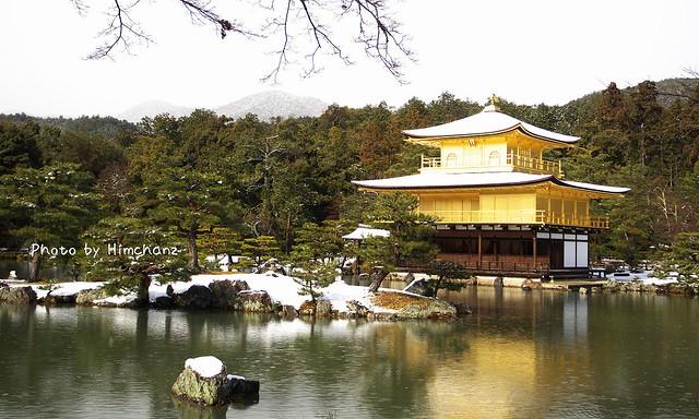 金閣寺に着くと雨に変わっていました。。