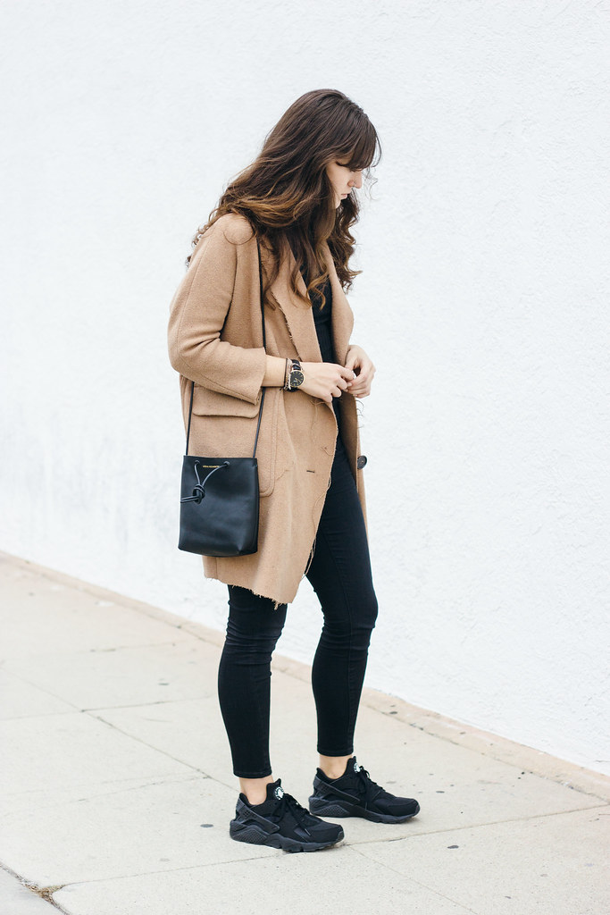 Oversized coat sneakers outfit