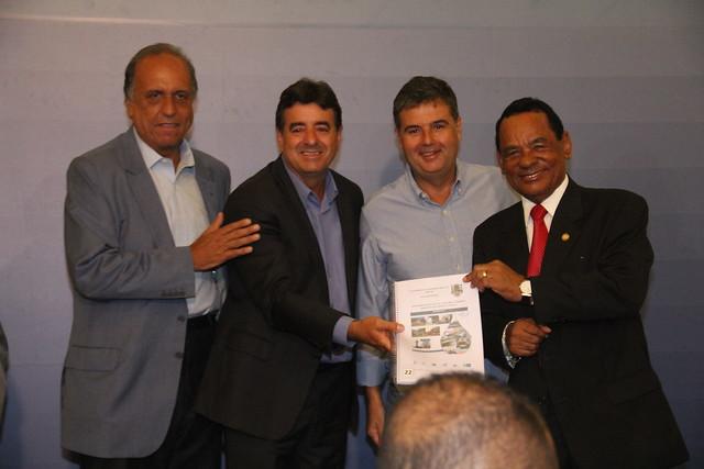André Corrêa entrega Planos de Saneamento para 34 municípios