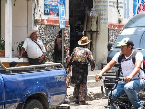 Panajachel: un homme en habits traditionnels dans la Vieille Ville
