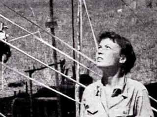 Margaret Hastings contempla los preparativos para su mision de rescate
