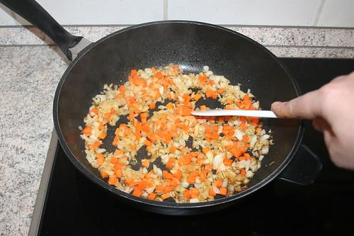 40 - Zwiebeln & Möhren andünsten / Braise onion & carrots lightly