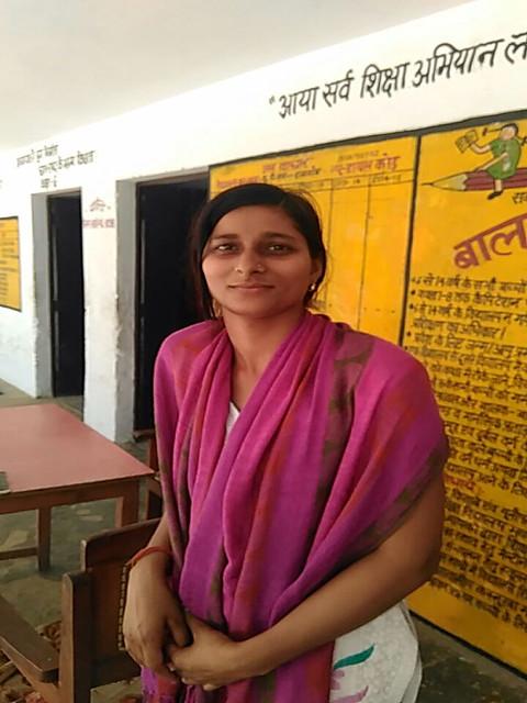 यूपीएस रामगाँव (नेवादा) में खराब पानी से दाँत काले पड़ने की शिकायत करती अनुदेशिका सुनीता पाठक