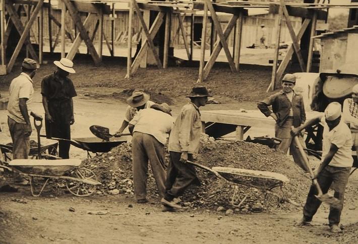 Candangos com a mão na massa. Fotografia: Arquivo Público do Distrito Federal, ArPDF.