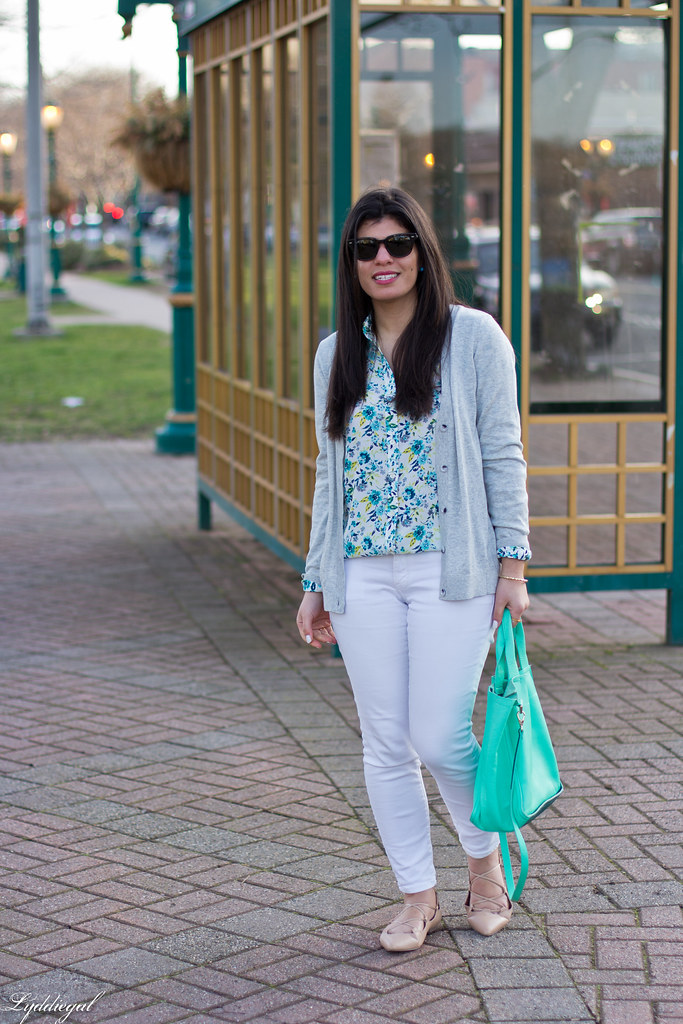 floral blouse, white jeans, lace up flats, mint tote.jpg