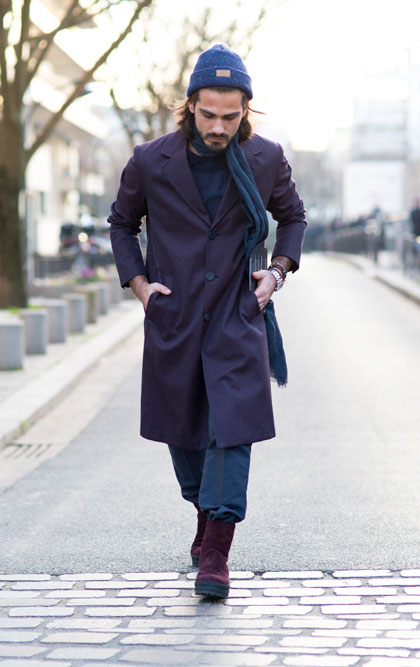 紺ニットキャップ×紫チェスターコート×紺パンツ×紫スエードブーツ