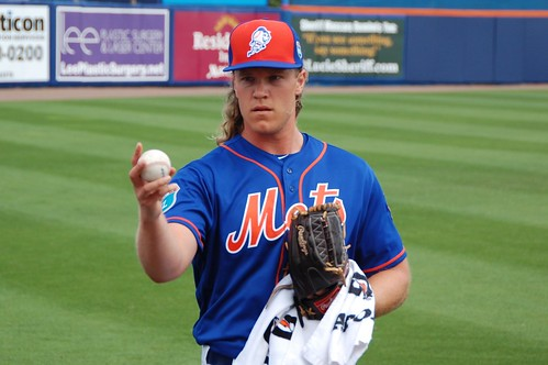Noah Syndergaard warming up