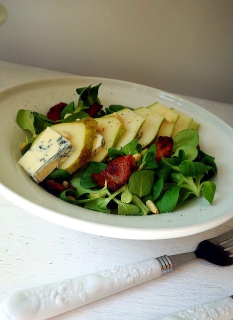 Salad with pear and blue cheese