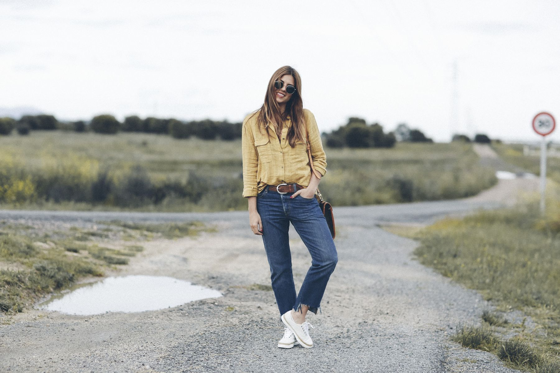 zapatillas sneakers ugg australia outfit look primavera spring camisa mango vaqueros jeans boyfriend oversize levis Rayban gafas de sol sunglasses street style trendy taste bolso bag louis vuitton _2