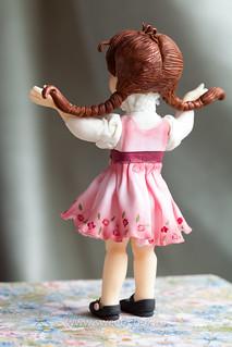 Девочка из мастики со спины