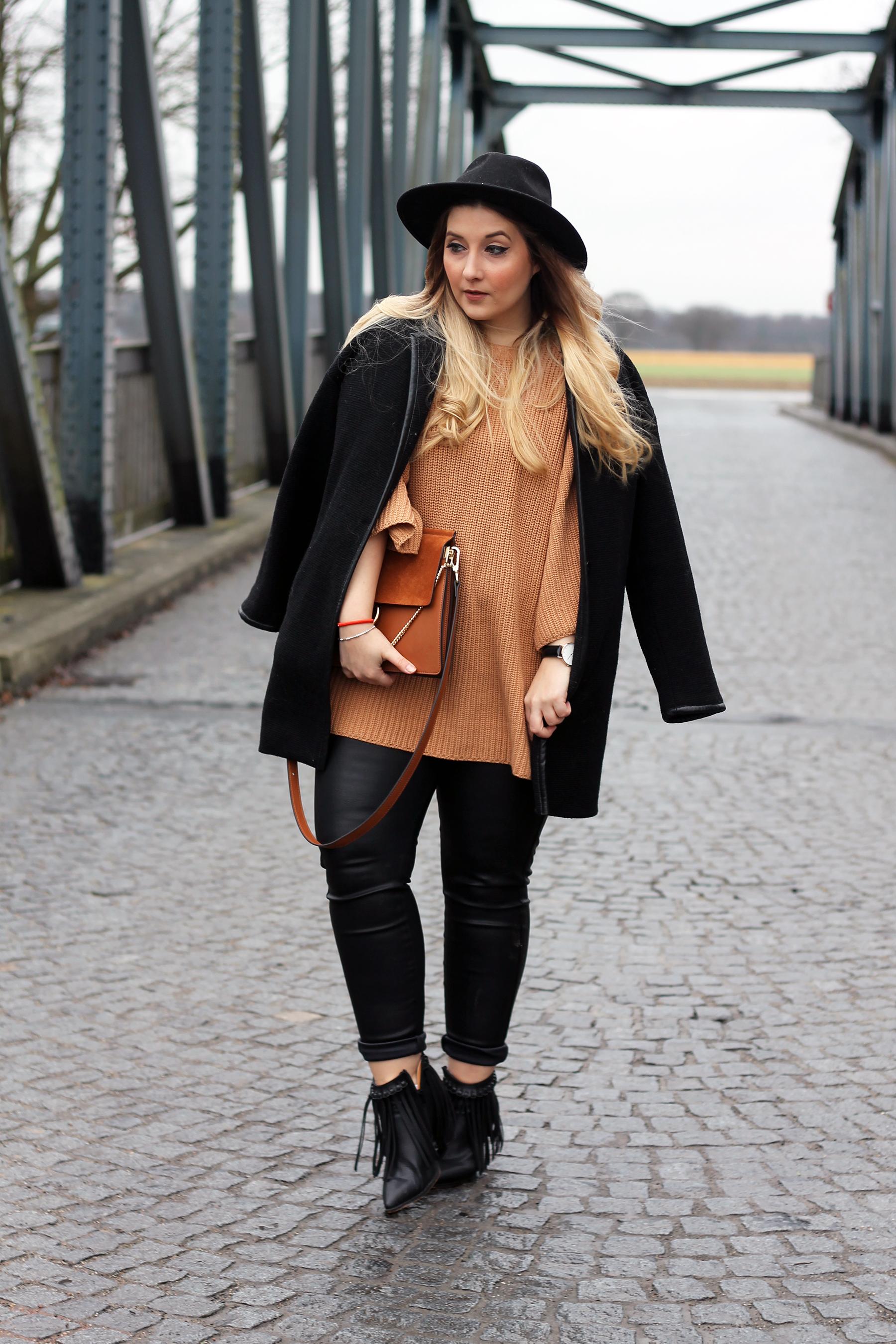 outfit-look-pullover-strick-stiefeletten-fransen-lederhose-hm