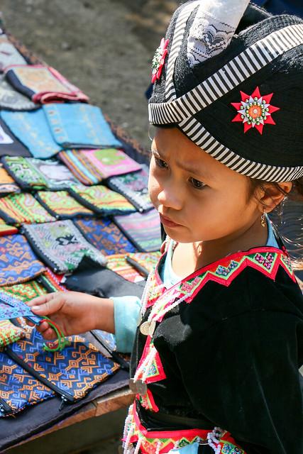 Girl selling souvenirs, Hmong village near Luang Prabang, Laos ルアンパバーン郊外のモン族村、土産物を売る少女
