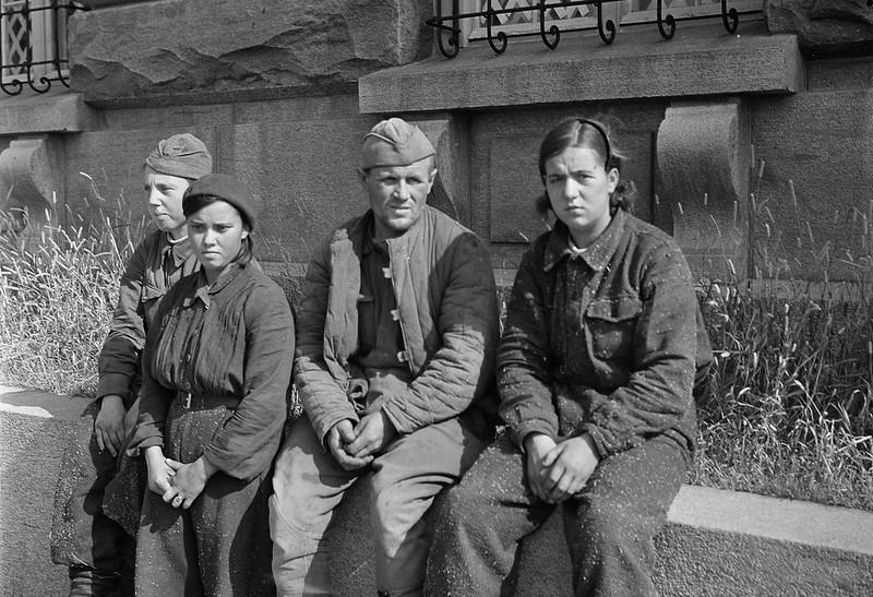 Sotilasvirkailija A.Pekosen ja V.Pietisen pidättämiä ryssiä 3 naista ja 1 mies.Sortavala 1941.08.18