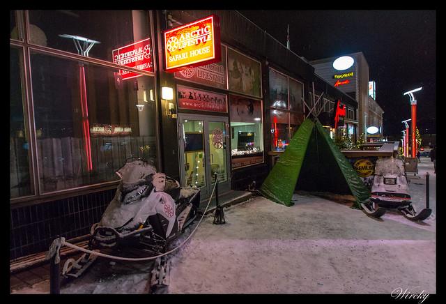Laponia viaje Helsinki Rovaniemi - Motos de nieve y kota en calle Koskikatu