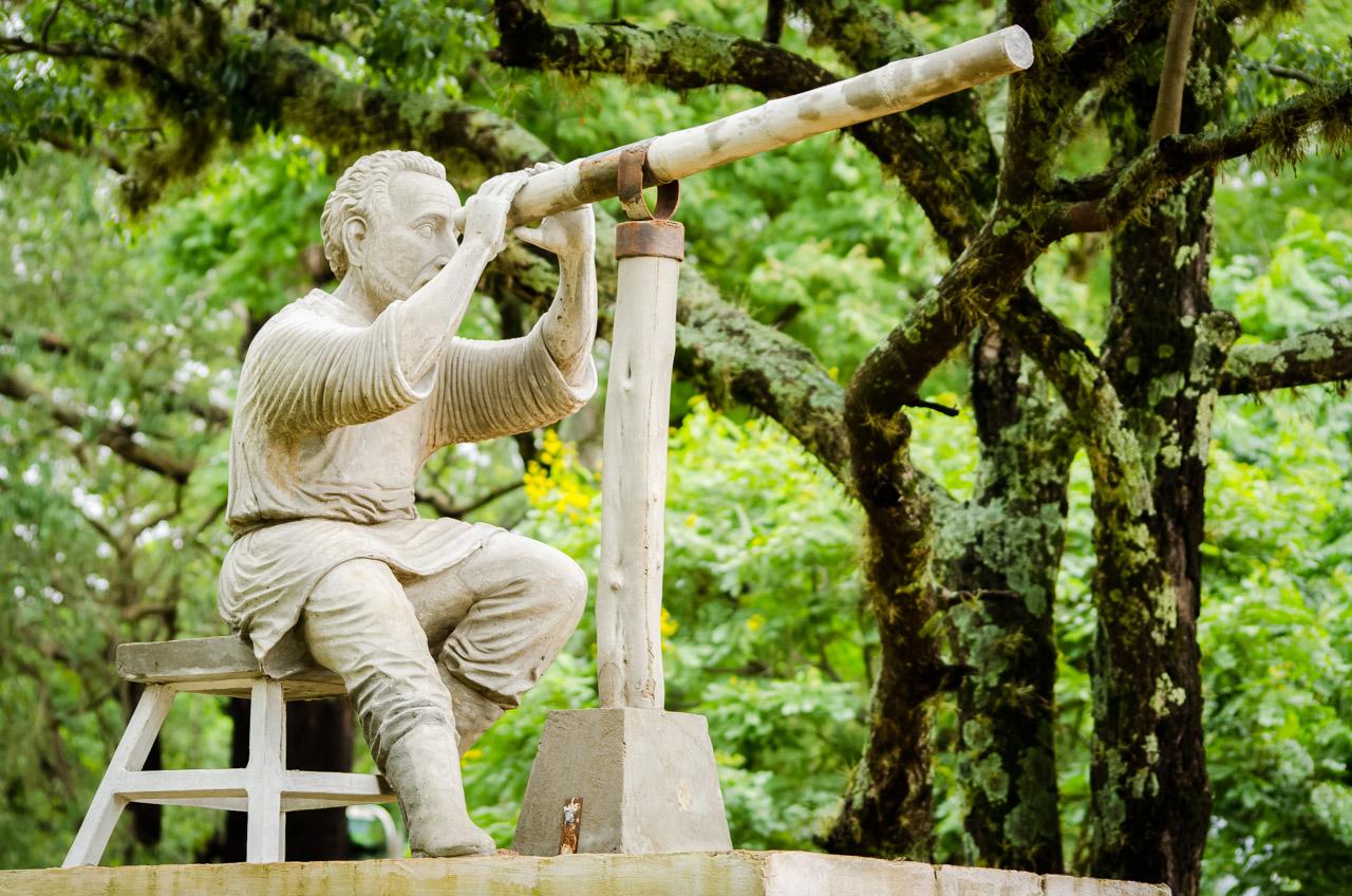 Estatua del sacerdote argentino Buenaventura Suárez, que en el año 1703 llegó a las misiones jesuitas en San Cosme y Damián para realizar observaciones astronómicas. Construyó sorprendentes herramientas para el estudio del cielo ayudado por los indígenas. (Elton Núñez)