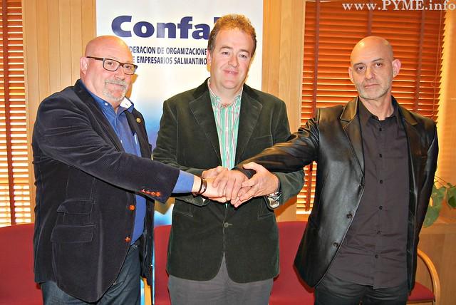 Juan Manuel Gómez, presidente de CONFAES, estrecha la mano con los líderes sindicales de UGT Salamanca, José Luis Hernández y de CCOO Salamanca, Emilio Pérez.