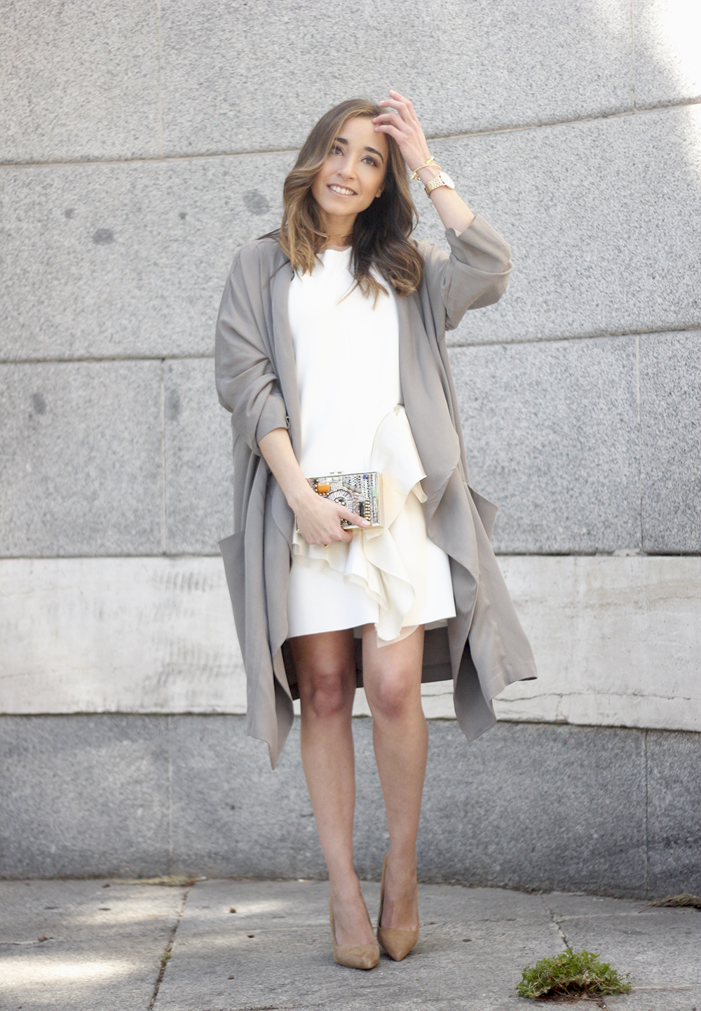 White dress with ruffles trench nude heels clutch accessories outfit style02