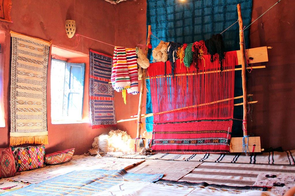 Kuva värikkäästä matoista Marokosta