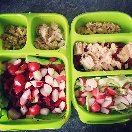 Today's lunchboxes 🍴 sla, rode biet, tonijn, walnoten, radijsjes en pijpajuin. 🍱 #paleo #paleolunch #healthylife #healthylunch #gezondelunch #slaatje #glutenvrij #glutenfree #glutenfreelunch #glutenvrijelunch #glutenvrijslaatje #goodb