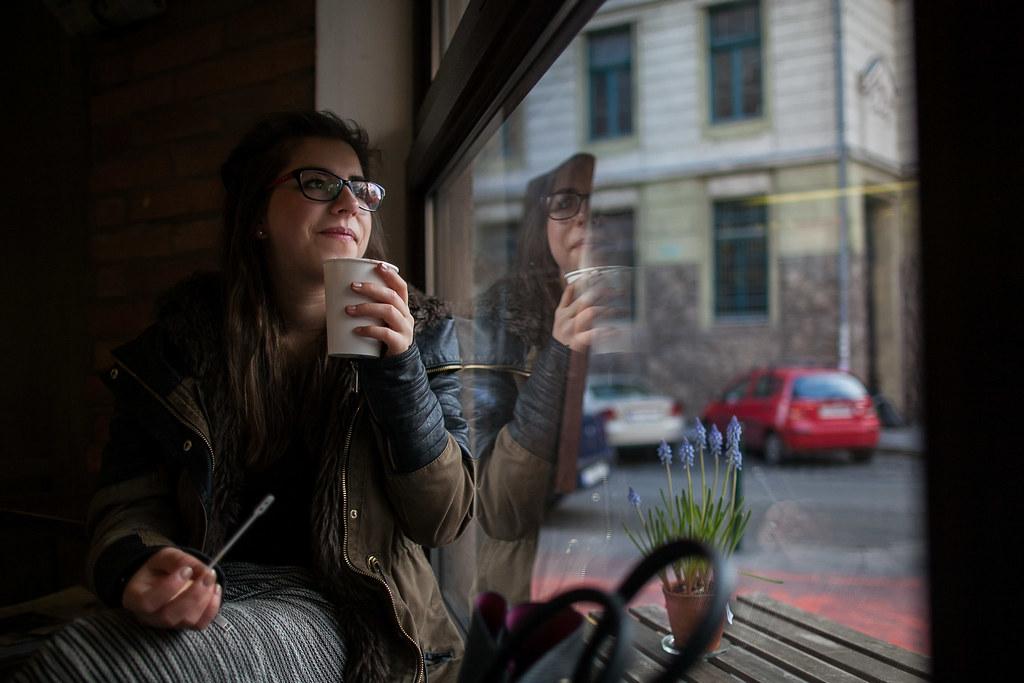 László Luca egy kis kávézóban a II. kerületben, ahol lakik | Fotó: Magócsi Márton