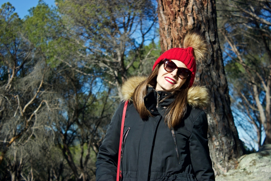 lara-vazquez-madlula-style-streetstyle-look-ootd-pop-of-red-happy-face
