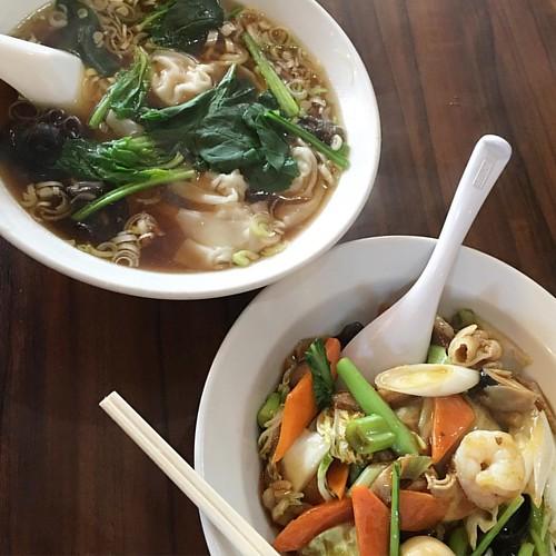 今日のお昼はワンタン麺と中華飯