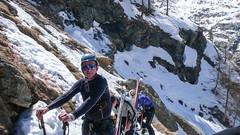 Ścieżka pomiedzy skałami w podejściu do schroniska Vittorio Emanuelle II