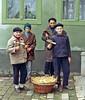 Karsamstag 1970 mit der Kleck bei Familie Hora (351). Im Bild die Kleck-Mannschaft der Hauptgasse: v.l.n.r. Hans Engrich, Edi Thöresz, Adam Schmitz, Jakob Groß. Zur Sicherheit der Eier im Korb gibt es mehrere Strohlagen.