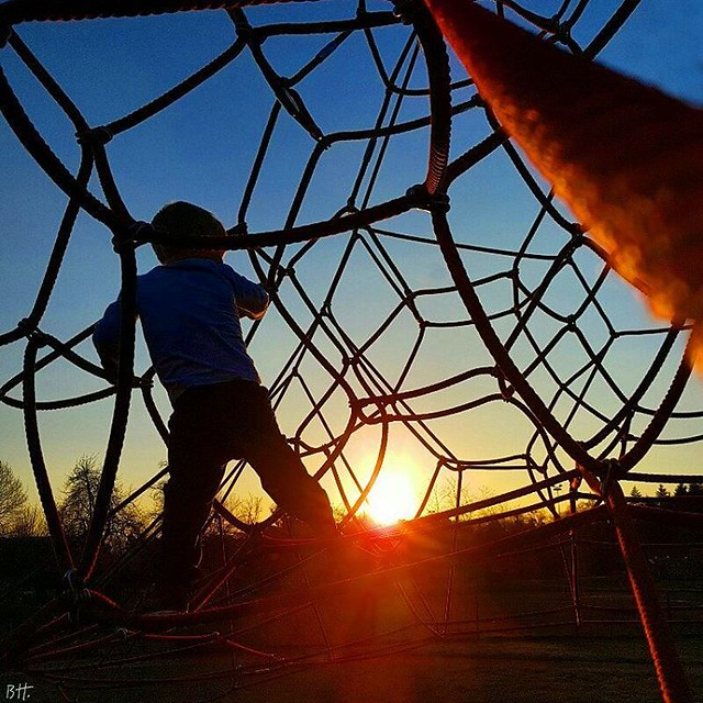 Insouciance of childhood and youth...  #benheinephotography #ownthetwilight #nofilter #childhood #play #child #enfance #web #toile #like4like #followforfollowback #followforfollow #sunset #sky #photography #composition #instagood #cute #followme #photooft