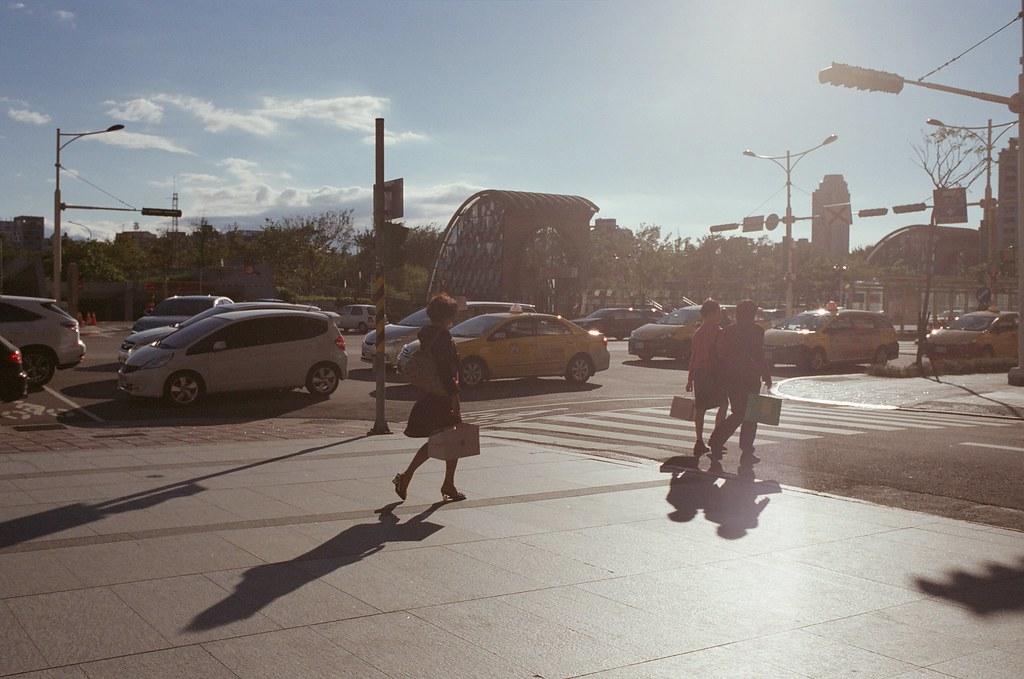 大安森林公園 逆光 / Fujifilm 250D 8563 / Nikon FM2 天氣好的時候什麼都好拍,很喜歡拍逆光,然後畫面上方帶一點點陽光的拍法,在東京渋谷的時候我也拍了一些。  總是覺得那長長的影子都有一點守護的感覺。  這卷底片我記得我慢慢拍,但是讓我感到頭痛的就是等一個月後才能拿到沖洗出來的作品,因為運氣不好,我送件的時候剛好一批電影底片送出去,我就只能重新排隊等,偏偏年底都沒人拍什麼電影底片,我就又等了一陣子。  Nikon FM2 Nikon AI AF Nikkor 35mm F/2D Fujifilm 250D 8563 6498-0028 2015/11/28 - 2015/12/05 Photo by Toomore