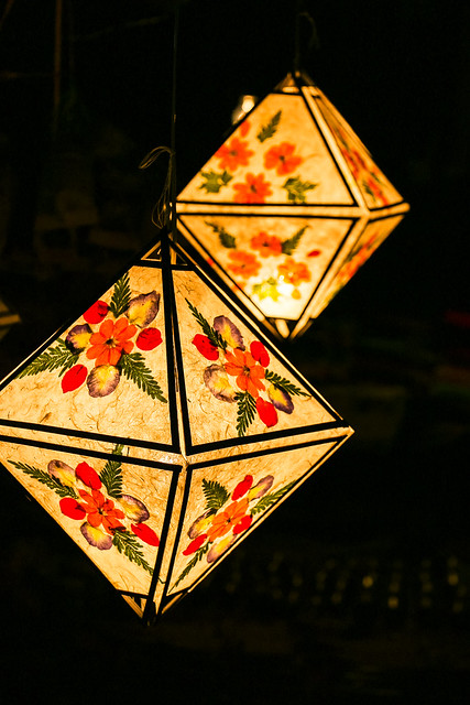 Lampshades made from paper and flower, Luang Prabang, laos ルアンパバーン、手すき紙のランプシェード