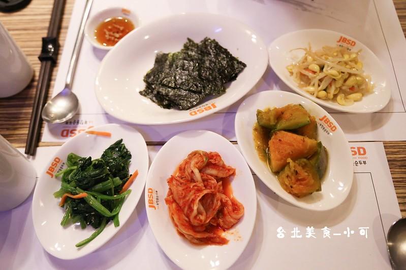 涓豆腐台北大安區敦南店點主餐即享有多樣韓式小菜吃到飽,美味可口的小菜常是吸引人的關鍵點,在用餐時間內,可不限次數向服務人員加點。