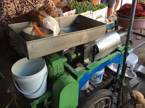 Battambang: vente de lait de coco au marché