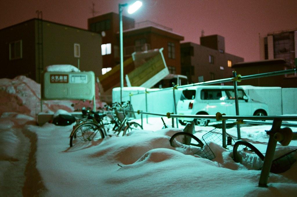 札幌 學園前 / AGFA VISTAPlus / Nikon FM2 2016/01/31 到了札幌住的地方之後,真的會不敢相信雪可以埋沒周邊的東西,有的時候平平的一片突然凸起來一小丘,總是有點好奇什麼東西被雪蓋住了。  或許把雪撥開後是一張臉孔。  Nikon FM2 Nikon AI AF Nikkor 35mm F/2D AGFA VISTAPlus ISO400 8264-0038 Photo by Toomore