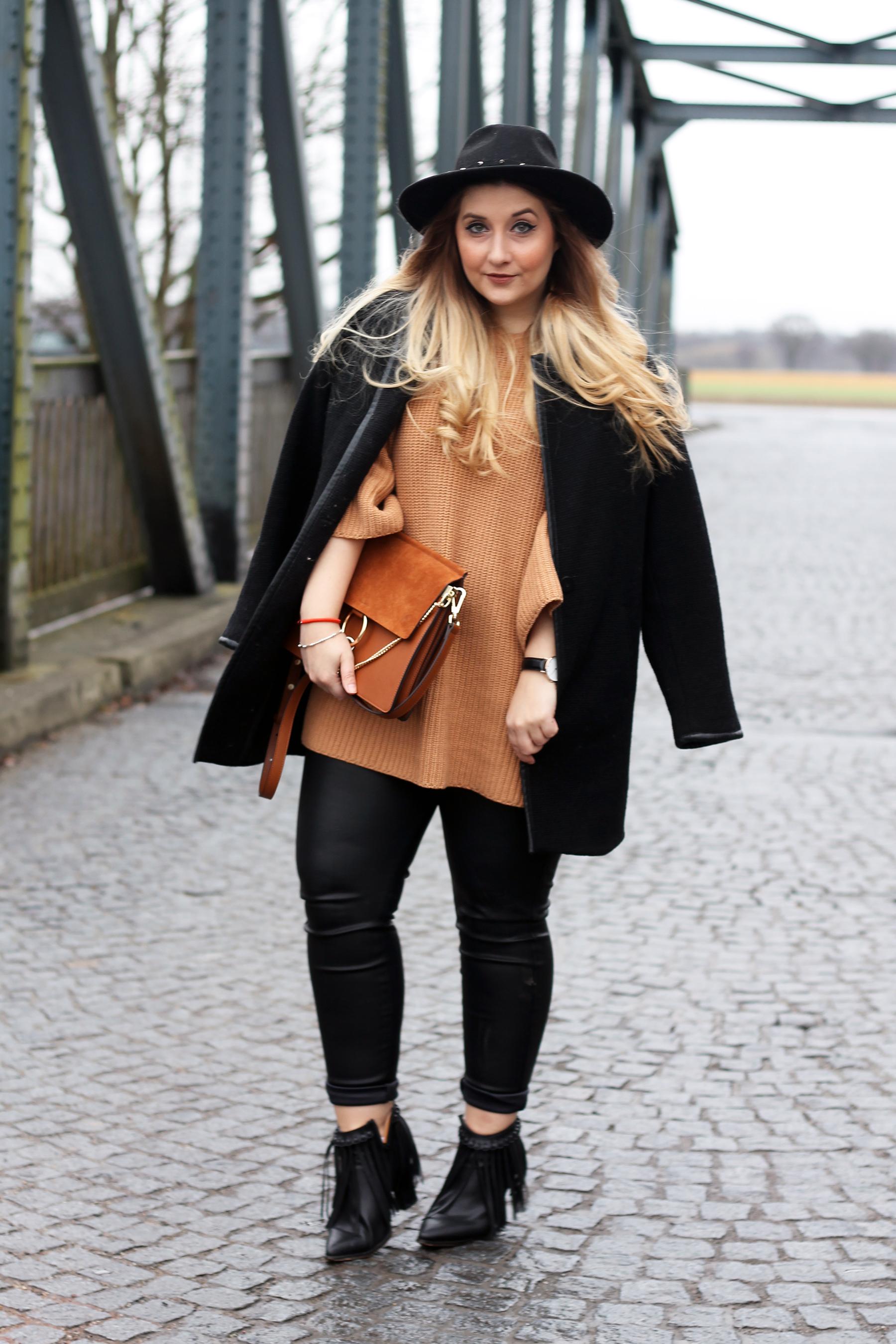 outfit-look-style-kombinieren-pullover-senfgelb-lederhose-chloe-lookalike