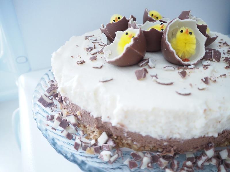 kinderjuustokakku8,kinderjuustokakku5,kinderjuustokakku14, kinder kakku, kinder cake, kinderjuustokakku, kinder cheese cake, recipe, resepti, miten tehdä, koristeet, tiput, chicks, decoration, baking the cake, dessert, jälkiruoka, ruoka, food, easter, pääsiäinen, ohje, kinder, suklaa, valkosuklaa, maitosuklaa, white chocolate, milk chocolate, cake, kakku, kakkauohje, cake recipe, pääsiäistiput, keltaiset, munat, suklaamunat, kinder suklaamunat,