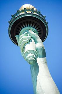 Billede af Frihedsgudinden i nærheden af City of Jersey City. torch statueoflibertyny frédéricaugustebartholdi roncogswell frenchsculptorfrédéricaugustebartholdi handholdingatorch torchstatueoflibertyonlibertyislandnewyorkharborny statueoflibertyonlibertyislandnewyorkharborny