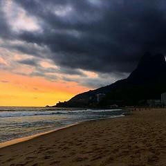 E na praia do Leblon é assim, como mostra o inspirado click da arquiteta Angélica Fiat...  #aplausoblogauroradecinema  #blogauroradecinemaaplaude  #riodejaneiro #errejota #beach #sunset #sunsetbeach #praia #praiacarioca #praiana #click #cidadelinda #rio40