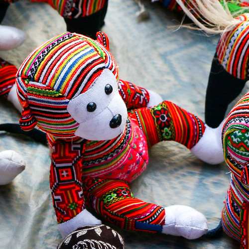 Cute stuffed monkeys using Hmong embroidery, Luang Prabang, laos ルアンパバーン、モン族刺しゅうを使った可愛い猿のぬいぐるみ