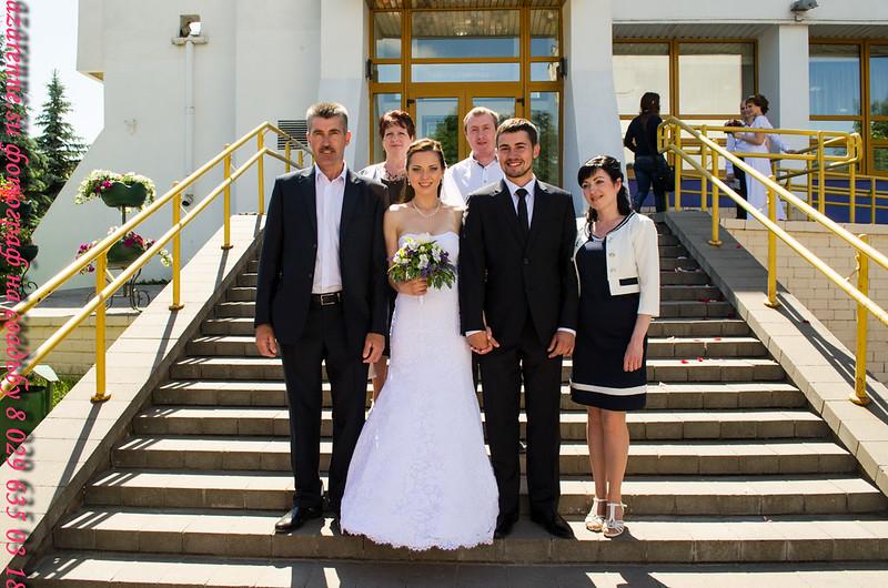 Свадебные на фоне ЗАГСа