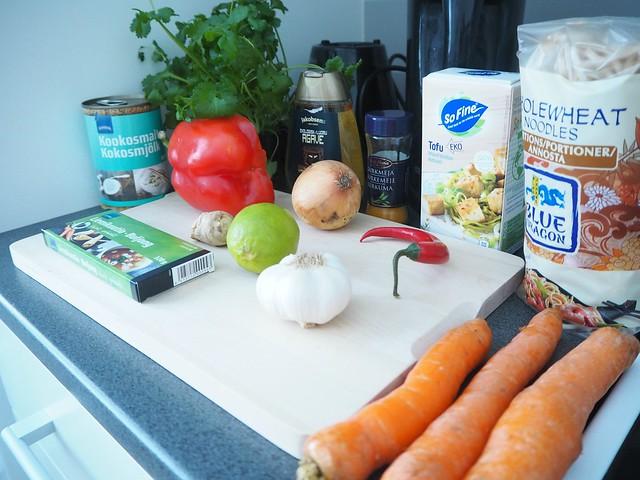 tulinenthaikeittoP2147472, thaikeittoP2147498, tulinen thaikeitto, lämmin keitto, kasvis keitto, mausteinen, spicy, warm, asian food, aasialainen ruoka, food, thai food, thairuoka, kasvisruoka, vegetarian food, sitruuna, korianteri, tofu, thai soup, resepti, recipe, ruoka ohje,