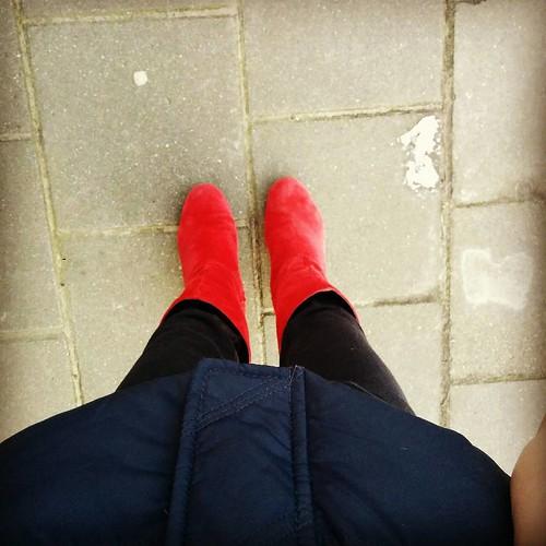 Sommige dagen vragen om rode laarsjes. Vuurrode laarsjes. #nostress #coloryourlife