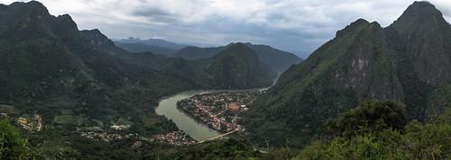 Vue sur Nong Khiaw depuis le sommet d'une des falaises