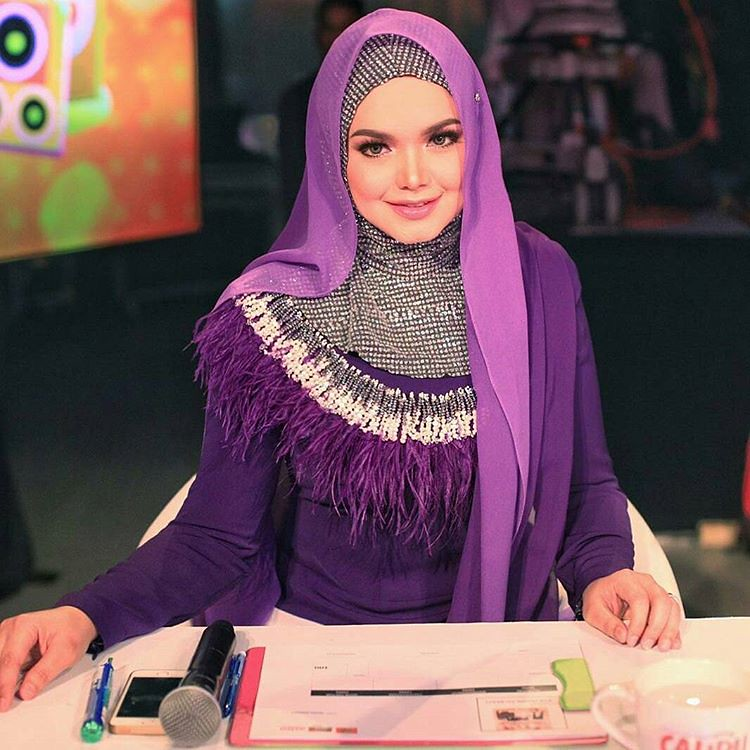 Cantik! #Repost @rizmanruzaini ・・・ DATO SITI NURHALIZA wearing a custom purple ombre top and pants #rizmanruzaini Thank you @ctdk cc @rozisangdewi #photographby @shafiqshahar @syncimages