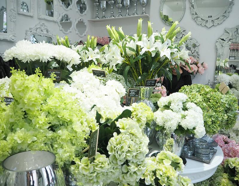 maisonhelsinkiP2238243,maisonhelsinkiP2238214, maison helsinki boutique, sisustuskauppa, sisustusliike, decoration shop, boutique, helsinki, maison helsinki, korkeavuorenkatu, hortensia, lilja, pioni, kukat, flowers, artificial flowers, tekokukat, sisustus, decoration, helsinki vinkit, helsinki tips, ostokset, shopping, inspiration, visit helsinki, shop ideas, unique boutique, vases, mirrors, maljakot, peilit, sisustustavarat, lifestyle kauppa, valkoinen, vihreä, pinkki, hopea, silver, white, green, pink, pale pink, pale green, lillies, pionies,
