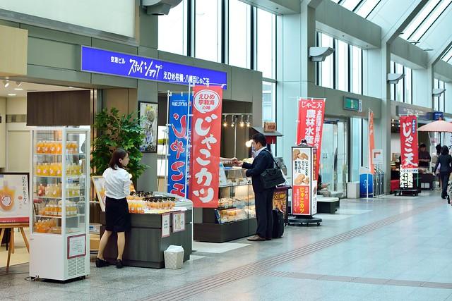 松山空港でじゃこカツを販売している売店